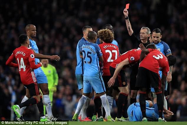Trọng tài bắt nạt Manchester United