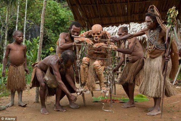 Những bộ lạc bí hiểm có tập tục cực kỳ ớn lạnh khiến người khác phải rùng mình