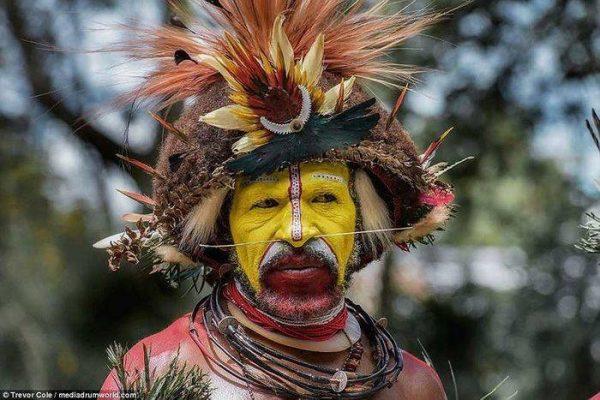 Bộ lạc Huli hiện có dân số khoảng 65.000 người và sống ở lưu vực Tari ở vùng cao nguyên Papua New Guinea